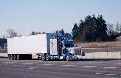 Grande installation semi de camion brillant bleu lumineux chromy classique de fantaisie Photographie stock libre de droits