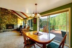 Grande interior da sala de visitas e do jantar na casa de campo americana Foto de Stock Royalty Free