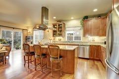Grande interior de madeira clássico da cozinha com assoalho de folhosa Imagem de Stock