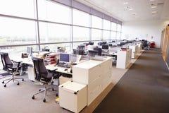 Grande interior do escritório de plano aberto sem povos imagens de stock royalty free