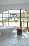 Grande interno bianco luminoso spazioso del bagno immagine stock