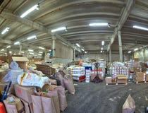 Grande interno del deposito con mercanzie per distribuzione Fotografie Stock