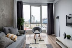 Grande interno nello stile moderno con le pareti concrete e bianche fotografie stock