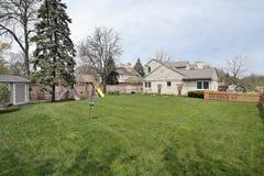 Grande jarda lateral da HOME suburbana Fotos de Stock Royalty Free