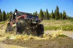 Grande jeep éclaboussant la boue dans les montagnes #2 Photo libre de droits