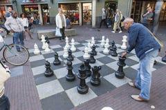 Grande jogo de xadrez nas ruas de Amsterdão Imagens de Stock Royalty Free