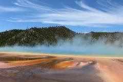 Grande la primavera prismatica magnifica e magica in bacino intermedio del geyser del parco nazionale di Yellowstone Immagini Stock Libere da Diritti
