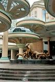 Grande la statua dell'animale e della costruzione Fotografia Stock