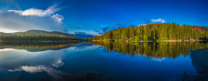 Grande lago blu Fotografia Stock
