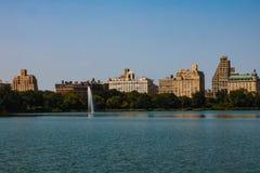 Grande lago in Central Park con il cielo nuvoloso blu, Manhattan New York, S.U.A. fotografia stock libera da diritti