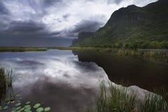 Grande lago del loto e della montagna al parco nazionale di ROI Yod di Sam Fotografie Stock Libere da Diritti