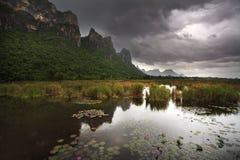 Grande lago del loto e della montagna al parco nazionale di ROI Yod di Sam Immagine Stock