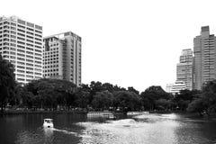 Grande lago nel parco e nell'alta costruzione Fotografie Stock