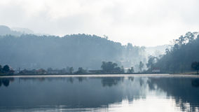 Grande lago nell'area montagnosa immagini stock libere da diritti