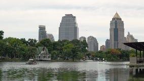 Grande lago no parque contra os arranha-céus do centro Arquitetura da cidade bonita da metrópole no dia, a harmonia de filme
