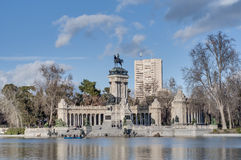 A grande lagoa no parque de Retiro no Madri, Espanha Foto de Stock Royalty Free