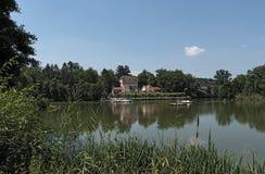 Grande lagoa no parque histórico dos termas de Nauheim mau, Hesse, Alemanha Foto de Stock