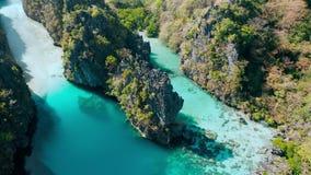 Grande lagune, EL Nido, Palawan, Philippines Vue aérienne de l'eau verte, des falaises pointues et des récifs coraliens tache uni banque de vidéos