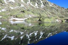 Grande lagune en montagne du ` s de Gredos Photos stock