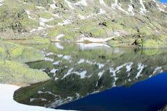 Grande lagune en montagne du ` s de Gredos Photos libres de droits