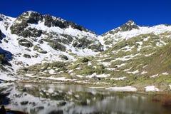 Grande lagune en montagne du ` s de Gredos Photo libre de droits