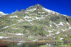 Grande lagune en montagne du ` s de Gredos Photographie stock