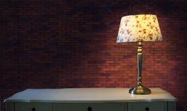 Grande lampada della luce e del muro di mattoni sulla tavola bianca Immagini Stock