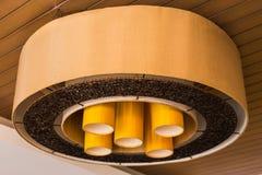 Grande lampe de lustre en café Images libres de droits