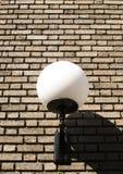 Grande lampe sur un mur de briques Images stock