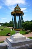 Grande lanterne en verre sur la balustrade du palais sur un backgro Photos libres de droits