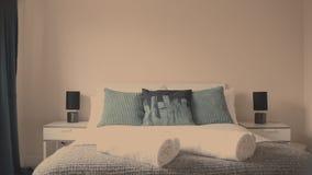 Grande letto bianco stock footage