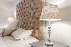 Grande letto comodo con le lampade di notte in una camera da letto Fotografia Stock Libera da Diritti