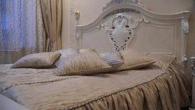 Grande letto con abbondanza dei cuscini archivi video