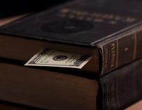 Grande libro d'annata con la nota di contanti del dollaro usata As Fotografie Stock