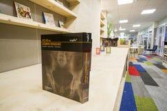 Grande libro in una biblioteca moderna fotografia stock libera da diritti