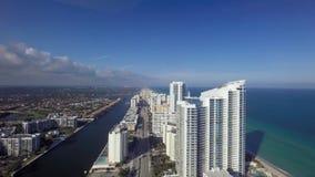 Grande ligne de luxe grande de côte de rivage de plage de sable d'hôtel de gratte-ciel de paysage marin du centre d'antenne de l' banque de vidéos