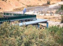 Grande linea della tubatura dell'acqua nel deserto di Negev Fotografia Stock