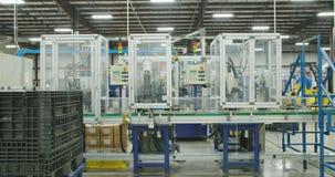 Grande linha de produção de peças para a indústria automóvel com máquinas filme