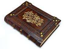 Grande livro de couro, ricos decorados com o símbolo dourado do capacete na capa imagens de stock