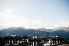 Grande lugar nas montanhas, vila pequena fotografia de stock