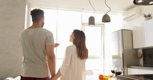 Grande lumière du soleil de matin de fenêtre de jeune de métis appartement de couples, femme asiatique d'homme hispanique heureux banque de vidéos