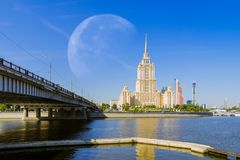 Grande lune à l'hôtel Ukraine Radisson images libres de droits