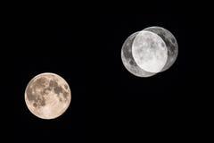 Grande lune sur le ciel nocturne foncé Photos libres de droits