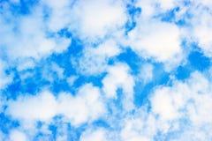 A grande luz do dia, o c?u azul e as nuvens bonitas fecham-se acima, tempo de mola imagem de stock royalty free