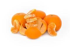 Grande, maduro, brilhante, tangerina em um fundo branco, fruto suculento no fundo isolado mandarin imagens de stock royalty free