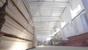 Grande magazzino commerciale con le travi di acciaio e del compensato archivi video