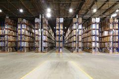 Grande magazzino con gli scaffali Immagine Stock