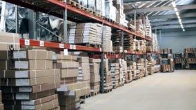 Grande magazzino con gli scaffali e le scatole video d archivio