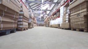 Grande magazzino con le scatole e gli scaffali archivi video