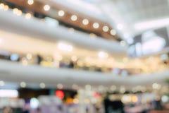 Grande magazzino concentrare del centro commerciale della gente della sfuocatura nel fine settimana fotografia stock